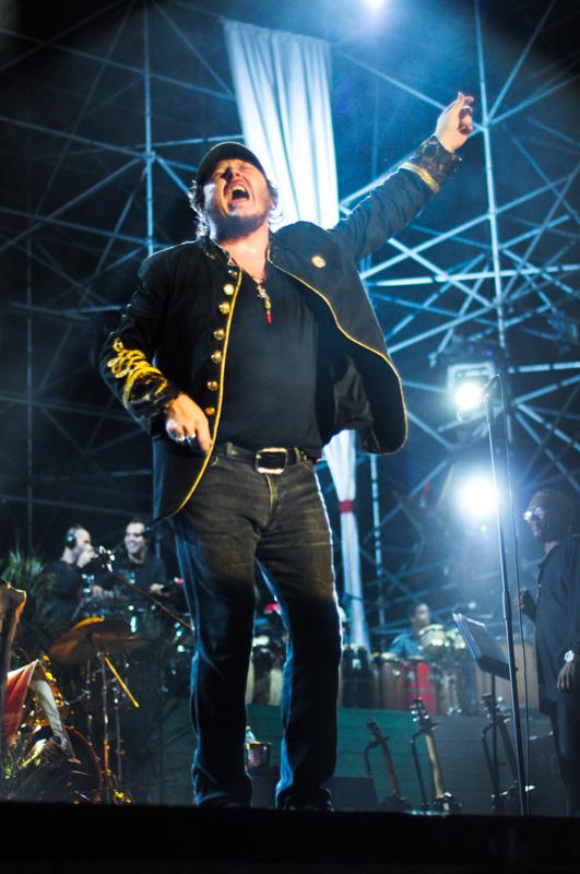 Zucchero durante il concerto a Cuba