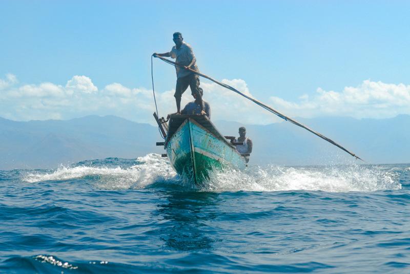 pescatori con arpioni a Lamalera