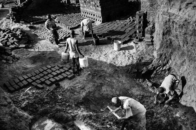 lavoratori dei mattoni - foto Fulvio Bugani