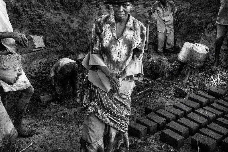 una donna lavoratrice di mattoni - foto Fulvio Bugani