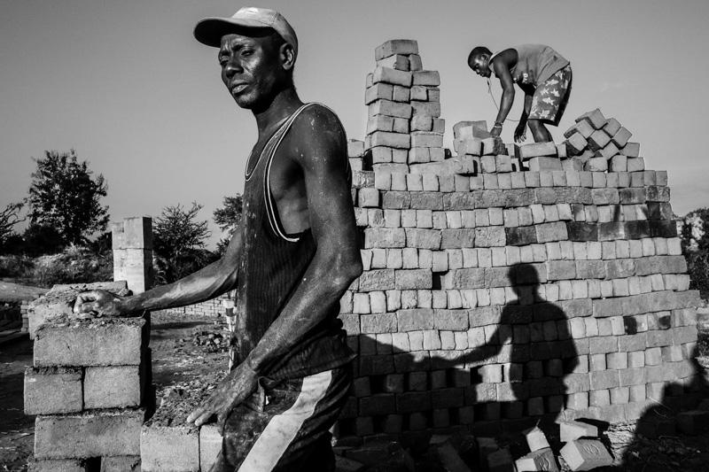 pile di mattoni - foto Fulvio Bugani